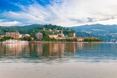 Lago Maggiore, Arona, Italia Città turistica importante sul lago Maggiore, riva di Piemonte Fotografia Stock Libera da Diritti
