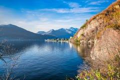 Lago Maggiore ed il piccolo villaggio turistico di Maccagno, Italia Immagini Stock