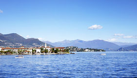 Lago Maggiore en Isola-dei Pescatori van de kust van Stresa-stad wordt gezien die Lago Maggiore, Italië, Europa, eind oktober 201 Stock Foto's