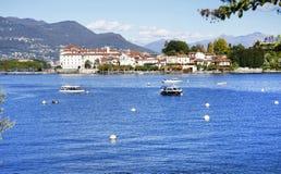 Lago Maggiore en Isola-dei Pescatori van de kust van Stresa-stad wordt gezien die Lago Maggiore, Italië, Europa, eind oktober 201 Stock Afbeelding