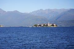 Lago Maggiore en Isola-dei Pescatori van de kust van Stresa-stad wordt gezien die Lago Maggiore, Italië, Europa, eind oktober 201 Royalty-vrije Stock Afbeeldingen