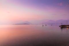 Lago Maggiore, Laveno, Cerro, Italia Tramonto pittoresco e romantico sul lago Maggiore dalla riva del lago di piccolo villaggio d Immagini Stock