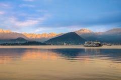 Lago Maggiore, Laveno, Itália Nascer do sol sobre os cumes cobertos de neve Imagem de Stock Royalty Free
