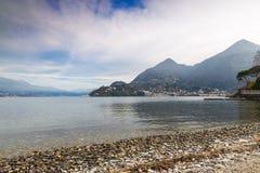Lago Maggiore, Laveno, Itália Vista à estância turística e à montagem pequenas e pitorescas Sasso del Ferro Imagem de Stock