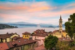 Lago Maggiore, Laveno, Italia Alba pittoresca sopra il lago Maggiore Fotografia Stock Libera da Diritti