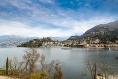 Lago Maggiore, Laveno, Italia Vista pintoresca de la 'promenade' del lago que eso lleva al puerto, del transbordador y de la igle Imagenes de archivo