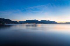 Lago Maggiore, Maccagno, Italia Panorama verso Luino, al tramonto Fotografia Stock Libera da Diritti