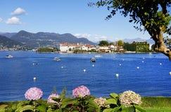 Lago Maggiore met kleine die golven, van de kust van Stresa-stad worden gezien Royalty-vrije Stock Foto