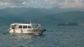 Lago Maggiore, pequeño barco turístico metrajes