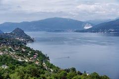 Lago Maggiore som ses från Brezzo, Varese, Italien Arkivfoton