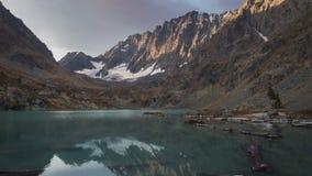 Lago majestoso da montanha, Rússia, Sibéria, montanhas de Altai filme