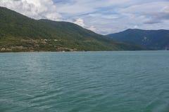 Lago majestuoso de la montaña en Georgia Fotografía de archivo