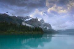 Lago maligno Canadá con la reflexión de la montaña Fotos de archivo