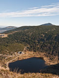 Lago maly Staw con la colina de Smiezka en el fondo en las montañas de Karkonosze Imágenes de archivo libres de regalías