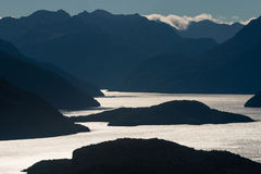 Lago Manapouri en la puesta del sol Fotografía de archivo libre de regalías
