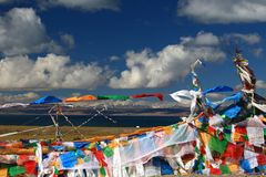 Lago Manasarovar e fiamme di sutra nel Tibet immagine stock libera da diritti