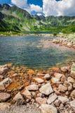 Lago maravilloso en el medio de las montañas Foto de archivo