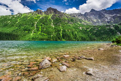 Lago maravilloso en el medio de las montañas en el amanecer Imágenes de archivo libres de regalías