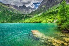 Lago maravilloso en el medio de las montañas en el verano Imagen de archivo libre de regalías