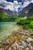 Lago maravilloso en el medio de las montañas en la salida del sol Fotos de archivo