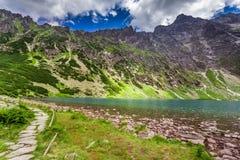 Lago maravilloso en las montañas de Tatra en el amanecer Imagen de archivo
