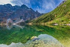 Lago maravilloso en las montañas en el amanecer en otoño Imagenes de archivo