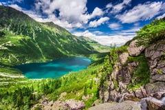 Lago maravilloso en las montañas en el amanecer Foto de archivo