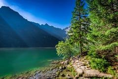 Lago maravilloso en las montañas en el amanecer en Polonia Imagenes de archivo