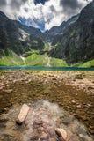 Lago maravilloso en las montañas en el verano Foto de archivo libre de regalías