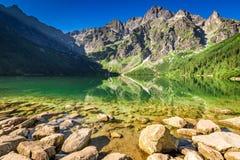 Lago maravilloso en las montañas en la salida del sol, Polonia Foto de archivo