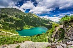 Lago maravilloso en las montañas en verano, Polonia Foto de archivo libre de regalías