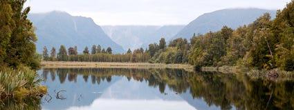Lago Matheson con il cielo nuvoloso Nuova Zelanda fotografia stock