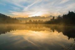Lago Matheson con le alpi del sud nel fondo durante l'alba, Nuova Zelanda Fotografia Stock Libera da Diritti