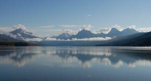 Lago McDonald e montanhas Imagens de Stock