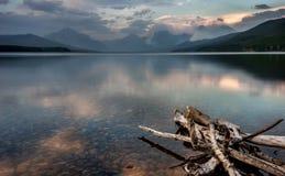 Lago McDonald en Parque Nacional Glacier con Sprague Fire en Dist Imágenes de archivo libres de regalías