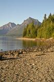Lago McDonald, montañas, y árboles Imagen de archivo libre de regalías
