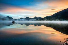 LAGO MCDONALD, MONTANA/USA - 21 DE SEPTIEMBRE: Barcos amarrados en el lago Imagen de archivo libre de regalías
