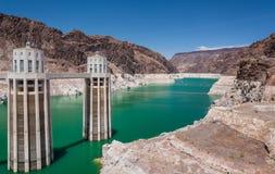 Lago Mead Reservoir y torres de la toma de la Presa Hoover Imágenes de archivo libres de regalías