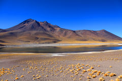 Lago meraviglioso con le montagne nei precedenti sotto un cielo azzurrato Fotografie Stock