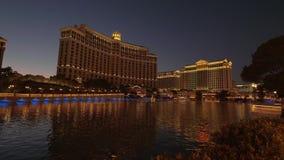 Lago meraviglioso davanti all'hotel di Bellagio a Las Vegas - vista di notte - U.S.A. 2017 archivi video