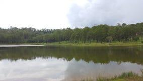 Lago in mezzo alla montagna Fotografie Stock Libere da Diritti