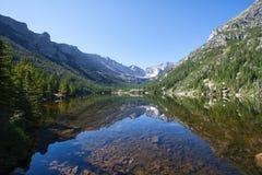 Lago mills en montañas rocosas Imagenes de archivo