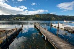 Lago Millstatt nella caduta La città di Millstatt vede, l'Austria Immagini Stock