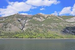 Lago Minnewanka. Fotos de archivo