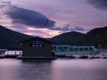 Lago Minnewanka ad alba Immagini Stock