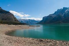 Lago Minnewanka, Alberta, Canadá Foto de archivo
