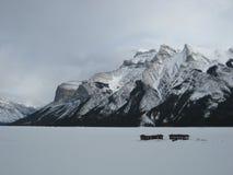 Lago Minnewanka después del nevadas frescas Foto de archivo libre de regalías