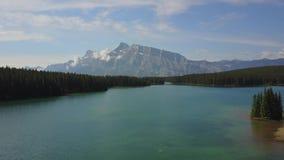 Lago Minnewanka en el parque nacional de Banff, Canadá almacen de video