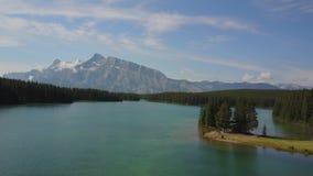Lago Minnewanka en el parque nacional de Banff, Canadá almacen de metraje de vídeo