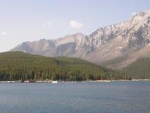 Lago Minnewanka nelle montagne rocciose nel Canada immagine stock libera da diritti